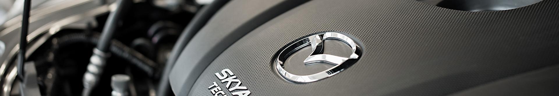 Pokrywa silnika marki Mazda